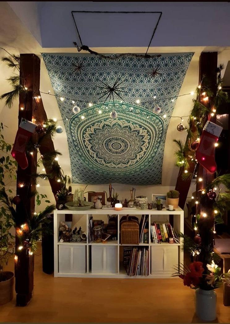 Adventsdeko mit Wandtuch an Dachschräge