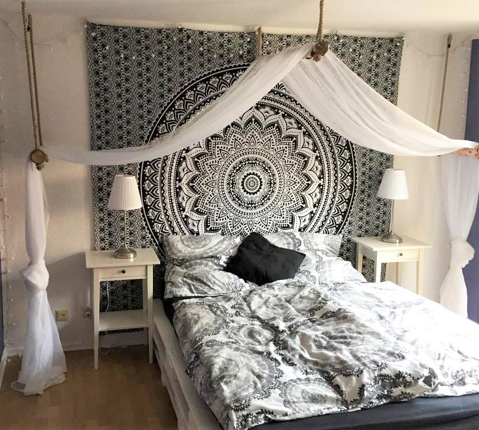 Erhabenes Mandala Wandtuch hinter dem Bett