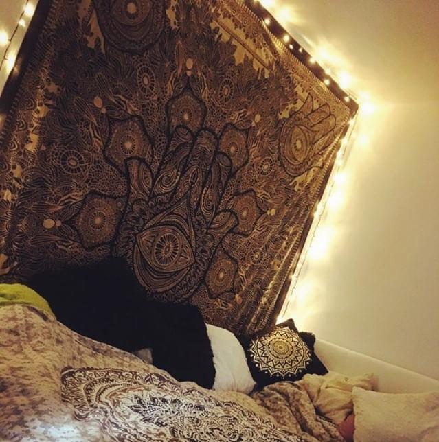 Wandtuch mit goldener Hand der Fatima und Hintergrund Beleuchtung