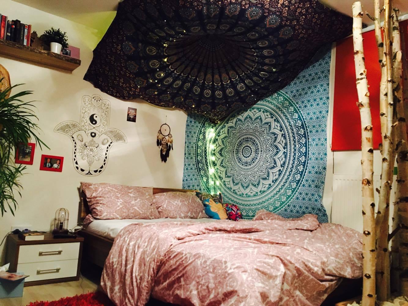 Schlafzimmer Ecke mit Wandtuch unter der Decke
