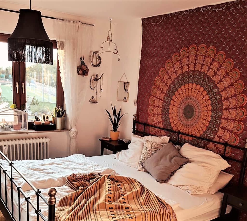 Boho Schlafzimmer mit zentralem Mandala Wandtuch in rot