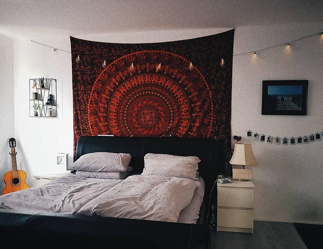 Mandala Wandtuch in rot mit Lichterketten
