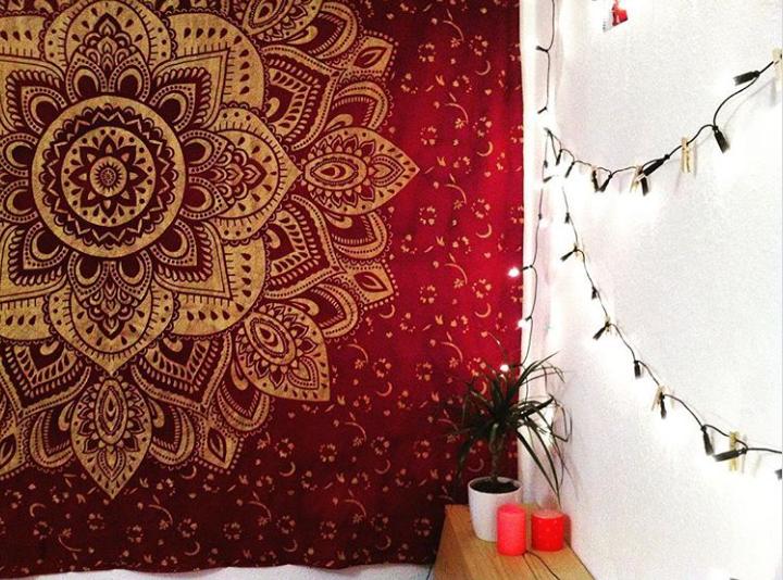 Weinroter Wandbehang mit goldenem Lotus