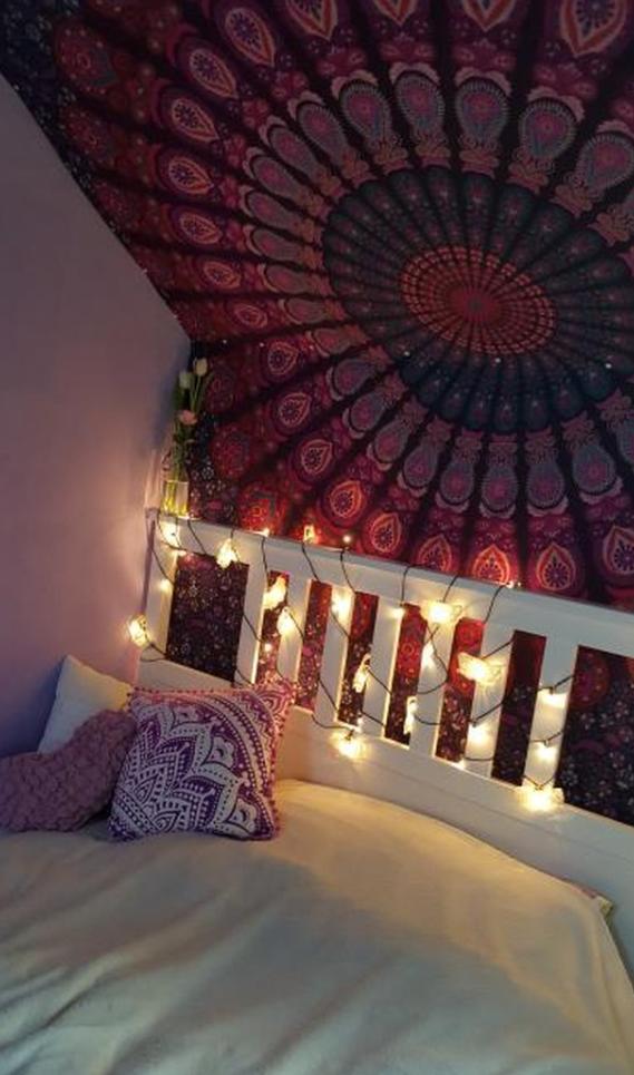 Mandala Wandtuch an schräger Wand als Himmel über dem Bett