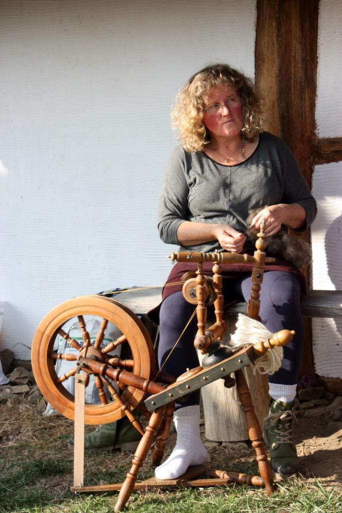 """Spinnrad im Einsatz am """"Historischen Gehöft"""""""