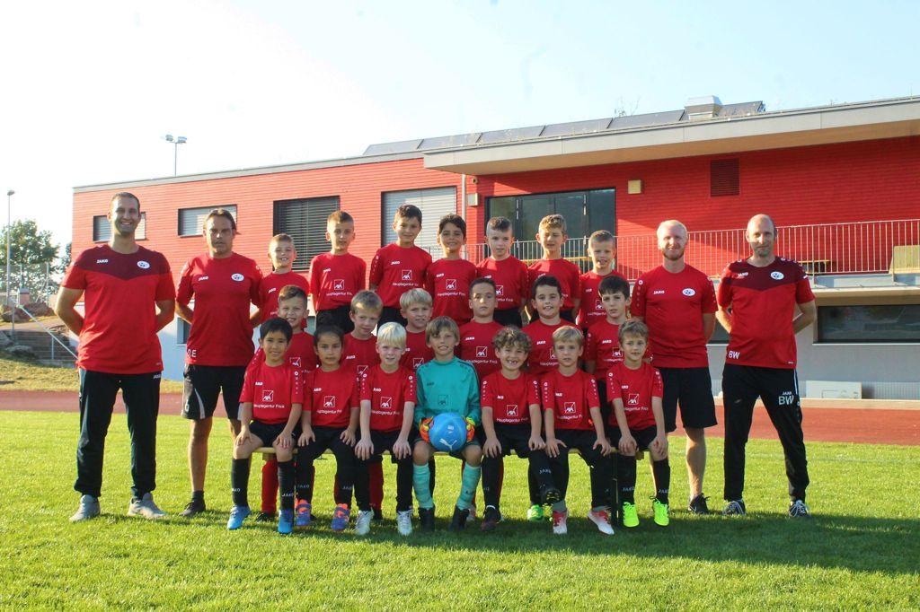 Mannschaftsfoto Junioren F rot und schwarz mit Sponsor AXA Hauptagentur Frick Saison 2021/2020