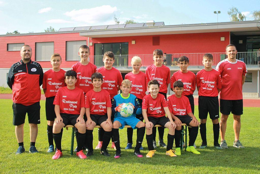 Mannschaftsfoto Junioren D rot, mit Sponsor Restaurant Pinte Sisseln Saison 2021/2022