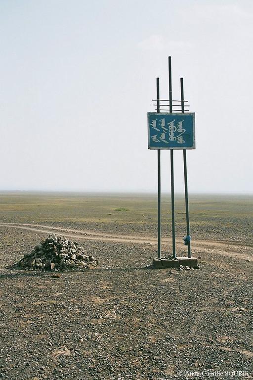 Panneau de bienvenue dans l'Omnogovi aimag, en écriture mongole ancienne