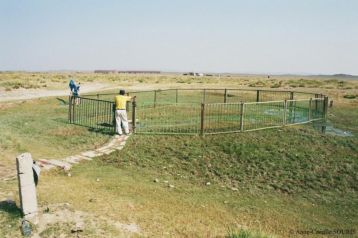Source d'eau naturelle pour la population à la périphérie d'une ville du sud Gobi