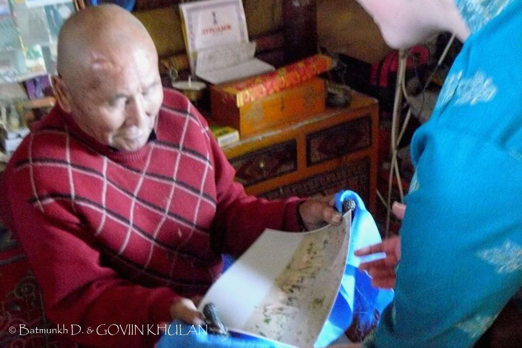 Remise de la photo d'hémiones à un des moines du monastère / © Batmunkh D. & GOVIIN KHULAN