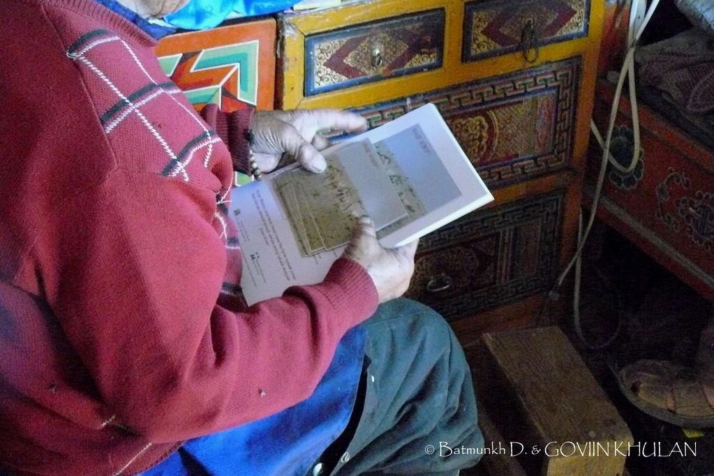 Remise de posters et de photos sur le Khulan / © Batmunkh D. & GOVIIN KHULAN
