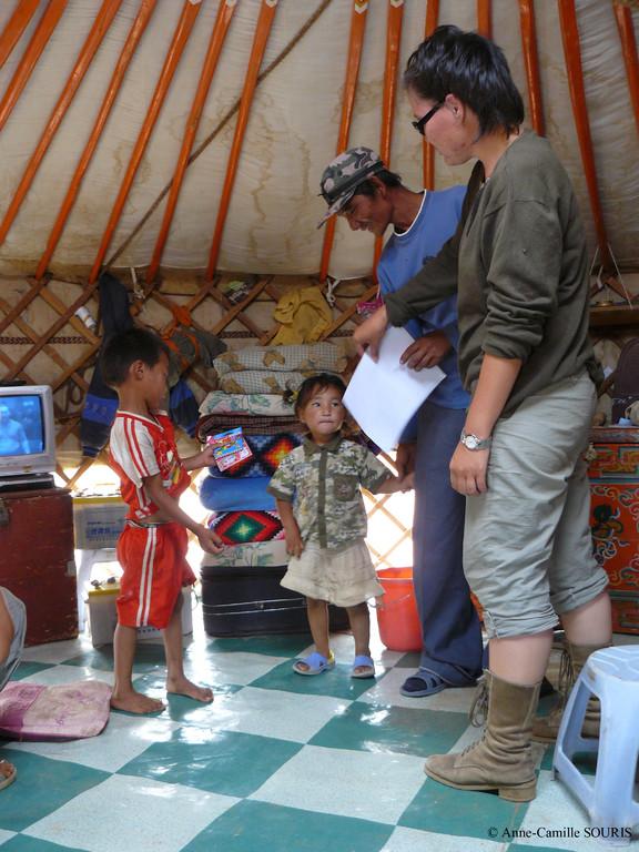 Distribution de coloriages sur le Khulan_Dornogovi aimag_été 2008