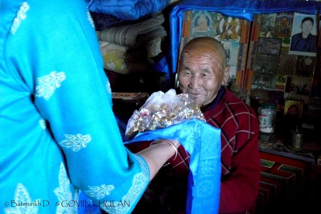 Remise de présents à un des moines du monastère / © Batmunkh D. & GOVIIN KHULAN