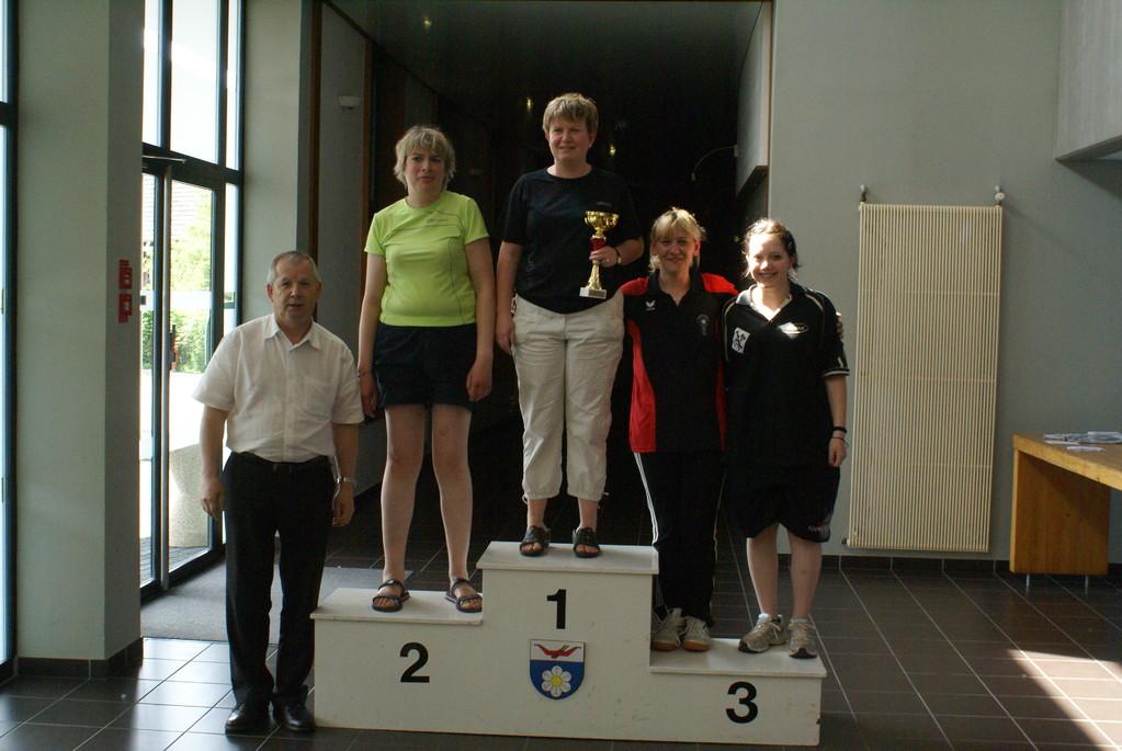 1ère Corinne, 2ème Isabelle, 3ème Martine, 4ème Laura et Bernard