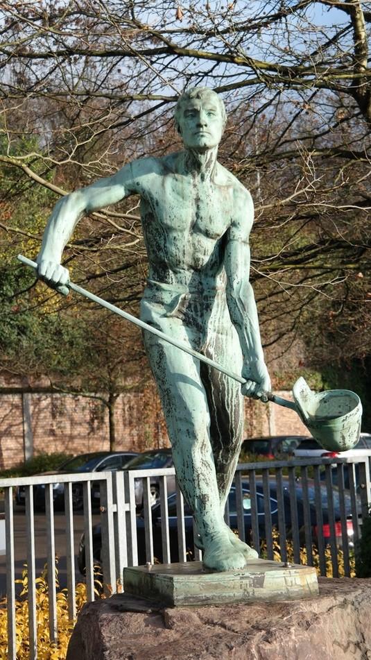 Bronzeskulptur eines Eisengiessers in Saarbrücken