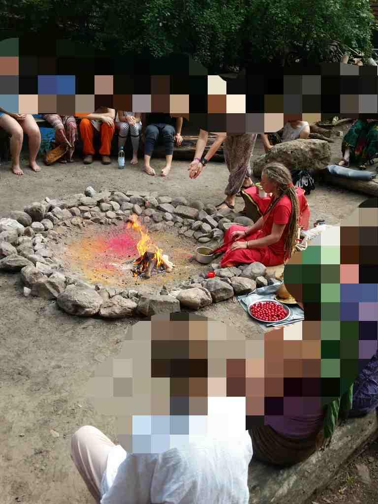 Feuerritual (Yagna Puja) in einer Gruppe