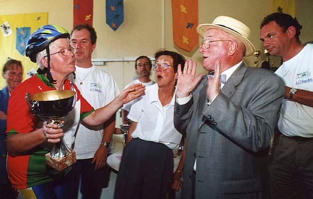 2000 remise des brevets des deux ponts par Michel Vallery, Maire, Christiane Mandeville Adjointe, Guy Cherel Président de l'A.C.T.M.