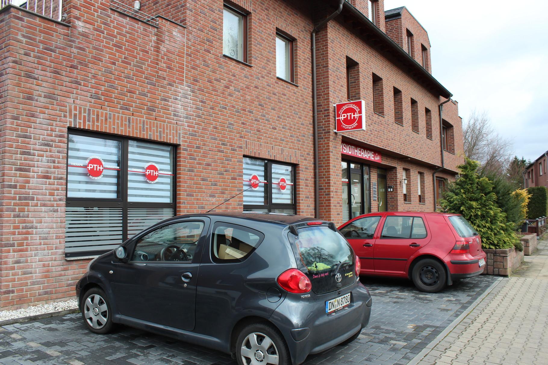 Praxisansicht mit Parkplätzen