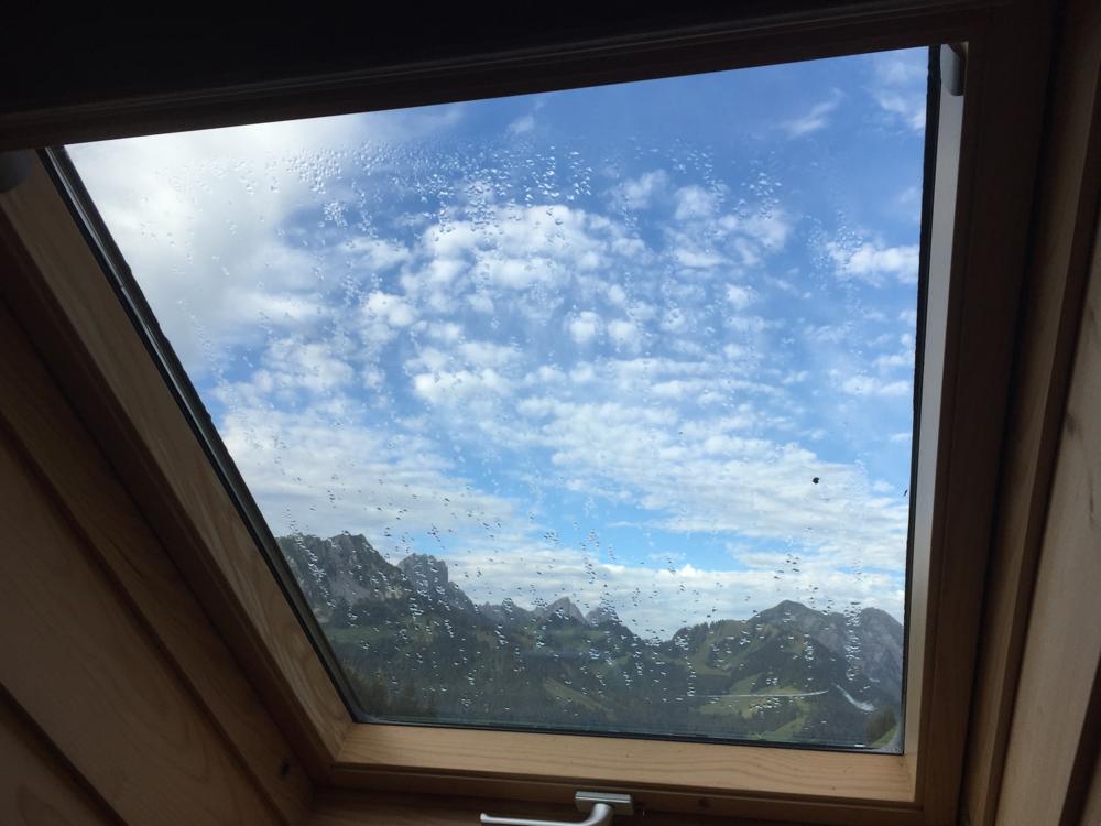 Dachfenstersicht auf die Gastlosen im Westen