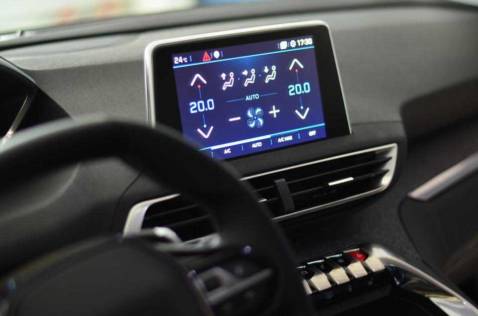Benutzung von Tochscreen Bildschirmen während der Autofahrt