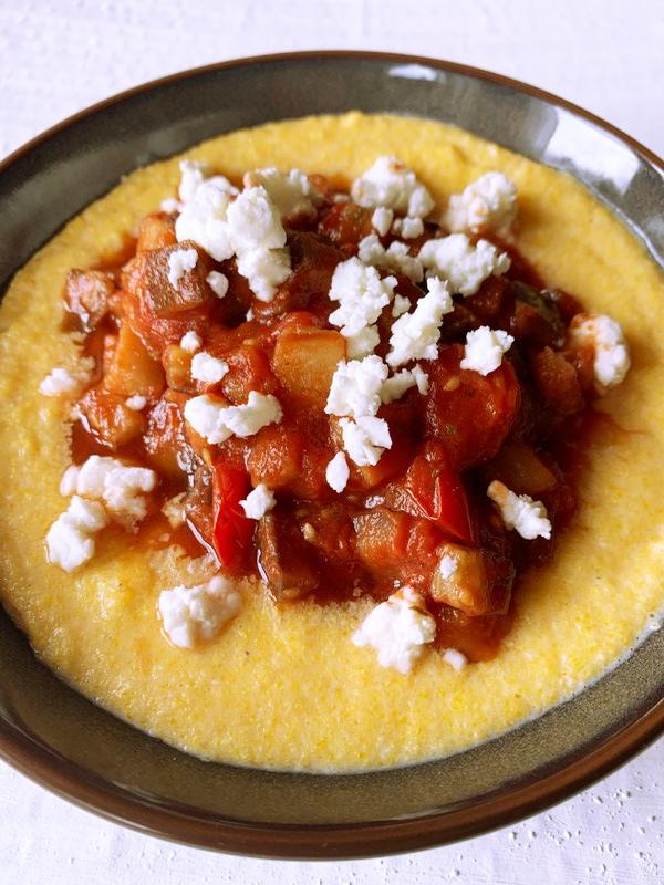 Melanzani-Tomaten-Gemüse mit Schafskäse auf Polenta