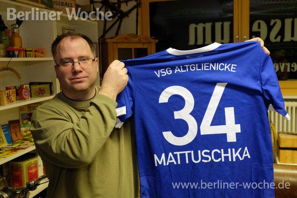 Ingo Drews mit dem Trikot des früheren Union-Spielers Torsten Mattuschka, der jetzt bei VSG Altglienicke aufläuft. (Foto: Ralf Drescher)