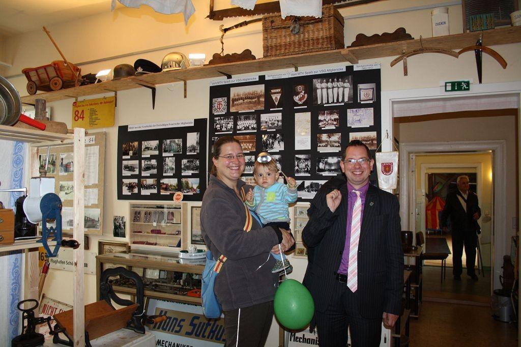 Bezirksbürgermeister Oliver Igel mit Familie zu Besuch im Altglienicke Museum
