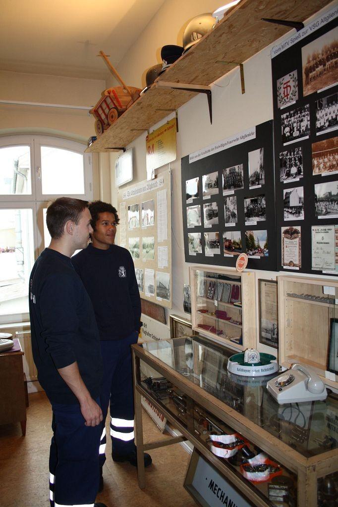 Feuerwehrleute zu Besuch im Altglienicke Museum