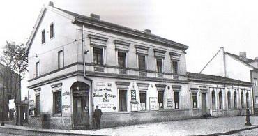 Früher : Restaurant mit Eckeingang, daneben die Deutsche Reichshalle