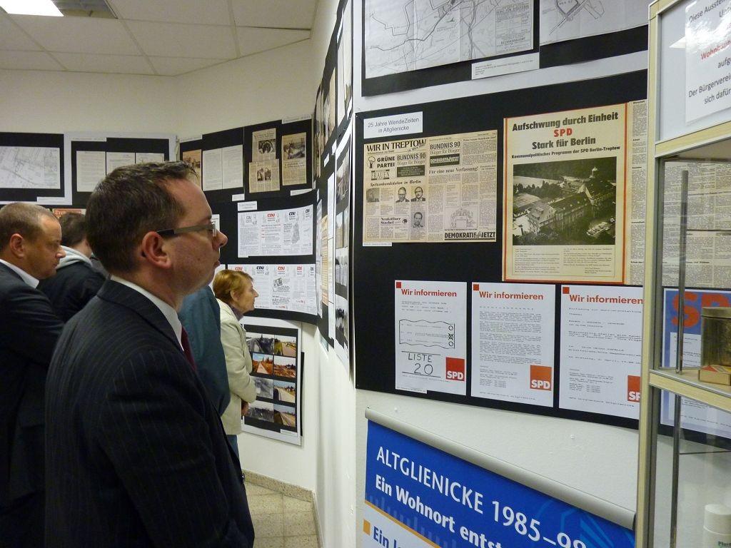 Herr Oliver Igel beim Betrachten der Ausstellungstafeln