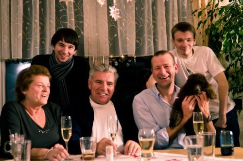 Der Eder-Clan. Oma Erika, Christian mein mittleres Herrchen, Opa Walter, Günter mein großes Herrchen und mein jüngstes Herrchen Florian.