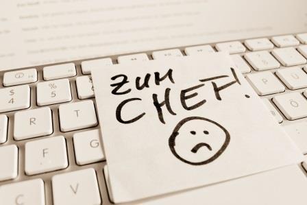 Computertastatur auf der ein Zettel liegt auf dem geschrieben steht: Zum Chef!