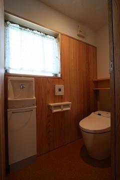 トイレを見る。壁は杉板張り