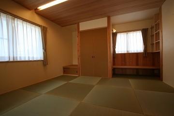 居間と連続した畳の間。敢えて和室っぽくない作りとした。