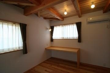 寝室の作業スペース。残業用の仕事場の予定。