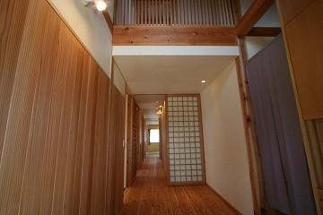 玄関から上を見ると、階段の畳部の地窓が見える。