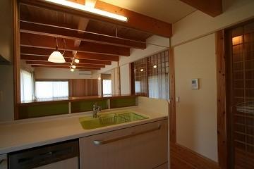 キッチンから居間ダイニング方向を見る。