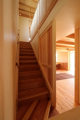 階段と格子越しに居間を見る。