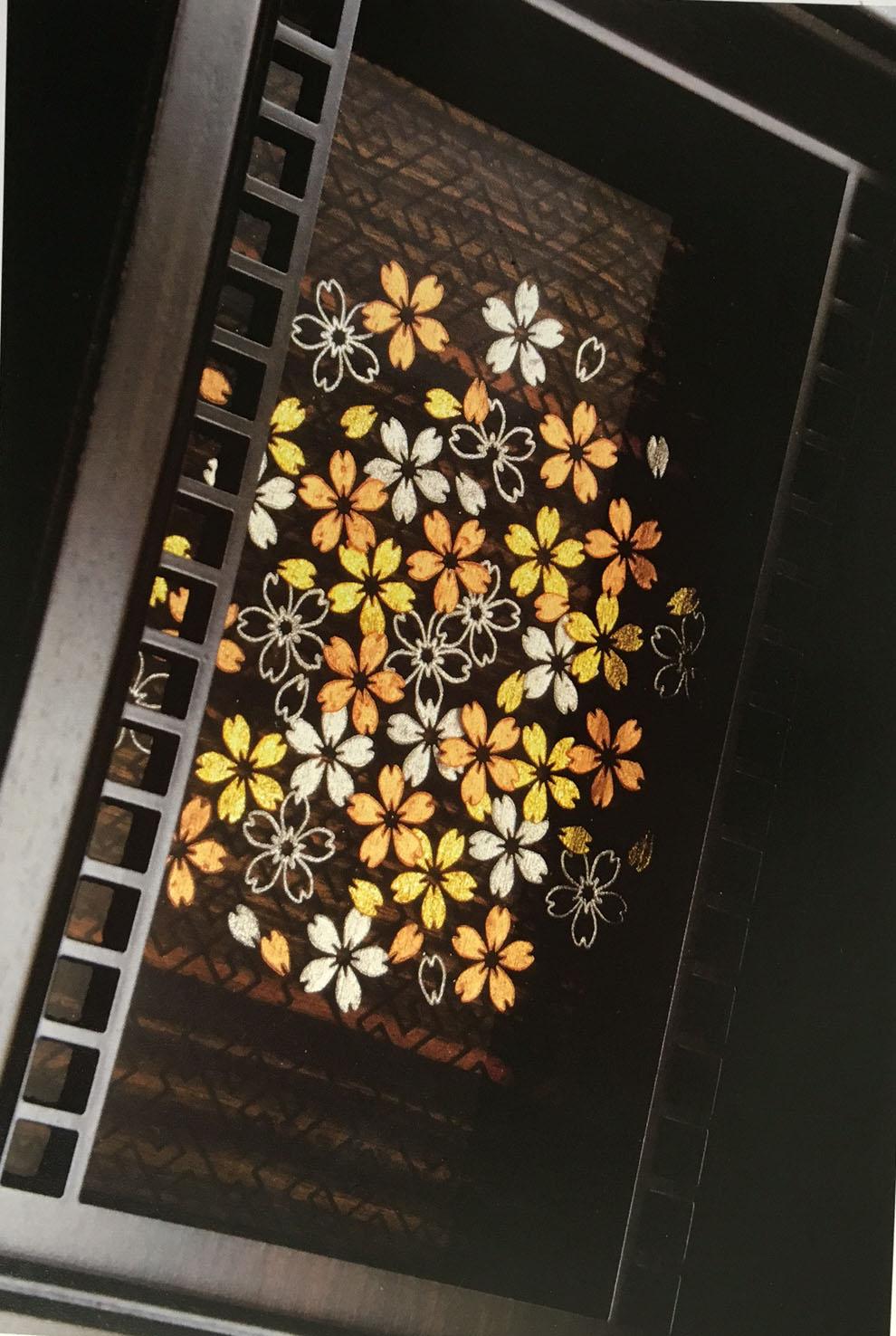 毛彫りの沈金を立体的に表現した意匠