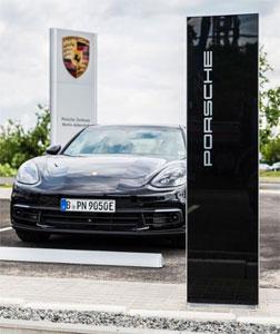 Die Kundenparkplätze sind mit Schnellladesäulen für Elektro-Autos ausgestattet
