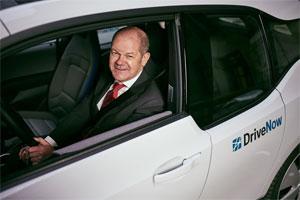 Hamburgs Erster Bürgermeister Olaf Scholz in einem elektrischen BMWi3 von DriveNow