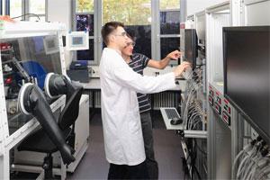 Wissenschaftler am KIT bei der Arbeit in einem Batterielabor zur Bestimmung von Materialeigenschaften. Die Charakterisierung von neuen Materialien ist ein wichtiger Schritt auf dem Weg zur Festkörperbatterie.