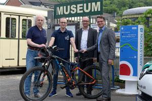 Vor dem Gelände der historischen Straßenbahn in Wuppertal befindet sich jetzt auch eine Elektroladestation für E-Bikes.