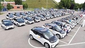 EnBW-Mitarbeiter bei der Übergabe von 101 Elektro-Autos der EnBW mobility + Sonderedition im Stuttgarter Gaswerk