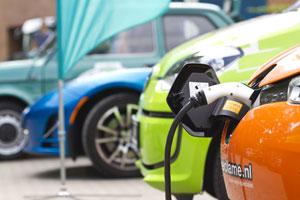 Elektroautos und Plug-in-Hybride können gleichermaßen Strom tanken.