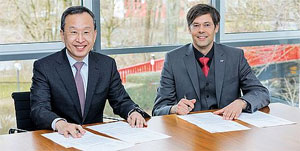 Unterzeichnung des Letter of Intent: Ph. D. Seh-Woong (S.W.) Jeong, Executive Vice President Samsung SDI (links) und Dr. Hartung Wilstermann, Executive Vice President E-Solutions & Services bei Webasto (rechts)