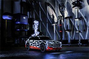 Der Audi e-tron-Prototyp im Faraday'schen Käfig des Siemens Hochspannungs-Prüffelds im Schaltwerk Berlin
