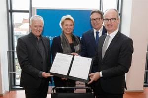 Oberbürgermeister Fritz Kuhn, Regionaldirektorin Dr. Nicola Schelling sowie Torsten Treiber und Christian Reher von der Kfz-Innung Region Stuttgart unterzeichnen den Vertrag zur Zusammenarbeit beim Virtuellen Zentrum Elektromobilität (v.l.n.r)