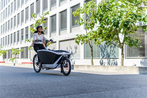"""""""Die Zunahme an Zweirädern und E-Bikes in der Stadt erfordert ein Überdenken der Infrastruktur"""", sagt Bettina Zahnd, Leiterin Unfallforschung & Prävention bei AXA Schweiz."""