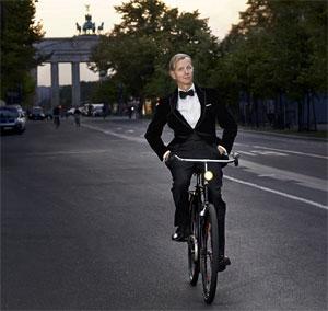 Max Raabe fährt auf seinem Fahrrad in Berlin. Quelle: obs/DER DEUTSCHE FAHRRADPREIS/Marcus Höhn
